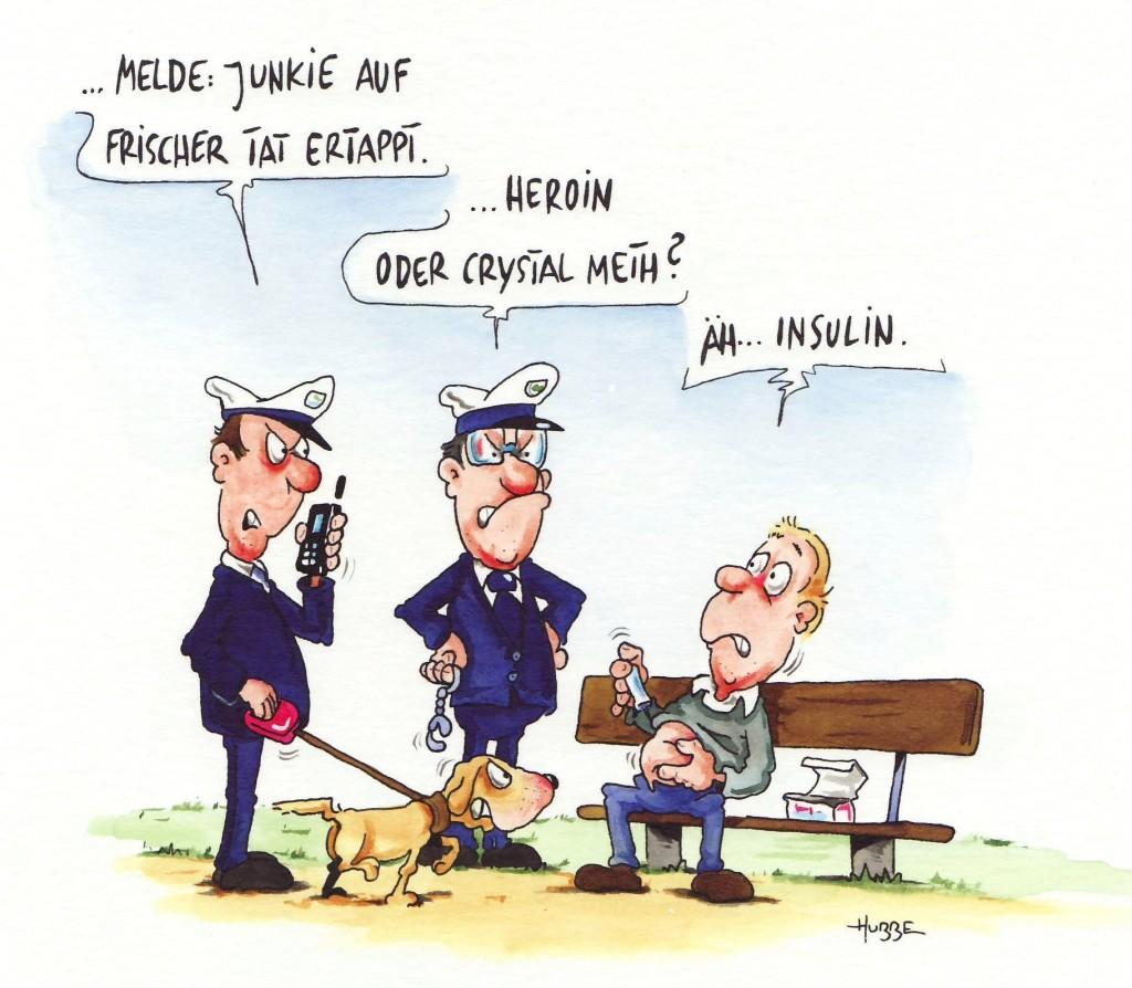 """Der Cartoon zeigt einen Mann auf einer Bank sitzend. Er führt eine Spritze zum Bauch. Zwei Polizisten mit Hund unterestellen ihm Drogenmißbrauch und fragen ob Heroin oder Crystal Meth. Er antwortet: """"ÄH ... Insulin"""""""